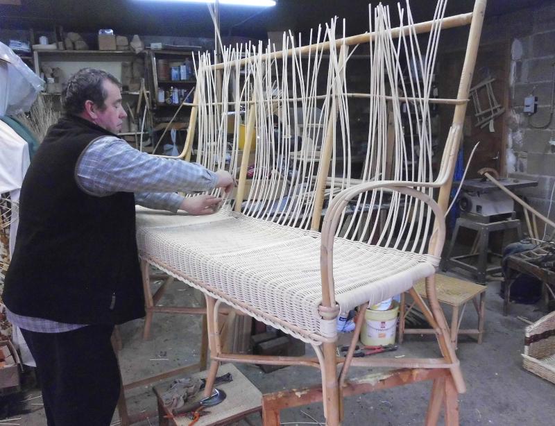 Patrick Breuillot réalise un canapé 3 places en rotin